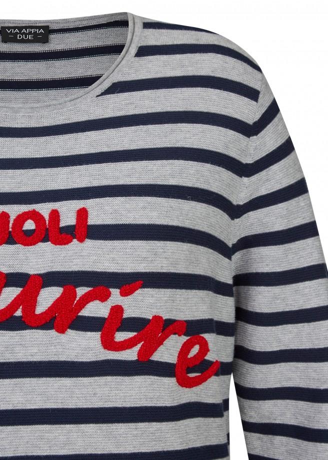 Moderner Pullover mit Ringel-Muster und Schrift /